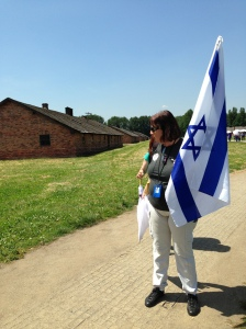 להחזיק את דגל ישראל בבירקנאו