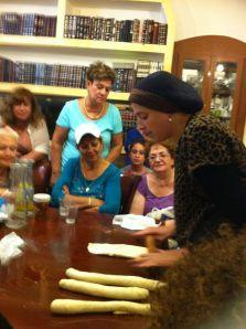 רותי מסבירה ומדגימה כיצד מכינים חלה